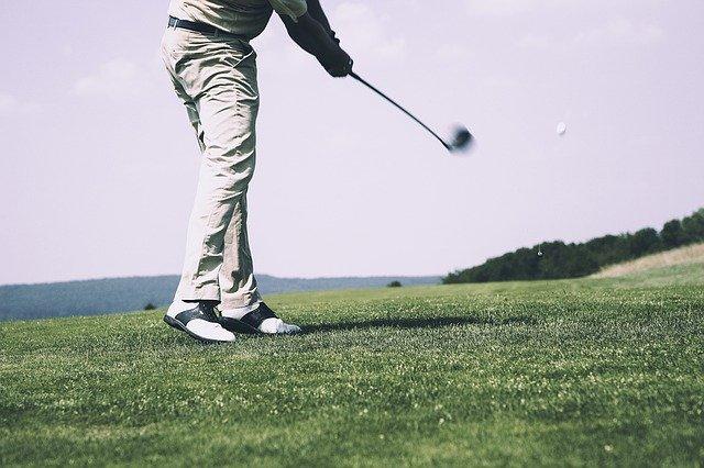 Homme qui vient de frapper une balle de golf