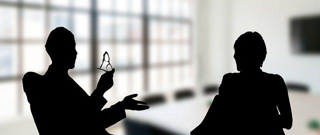 Deux personnes qui parlent