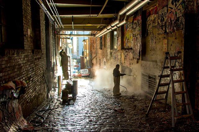 Employés nettoyant des murs