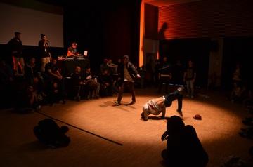 Scène de théâtre avec acteurs