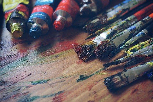 Pinceaux et tubes de peintures