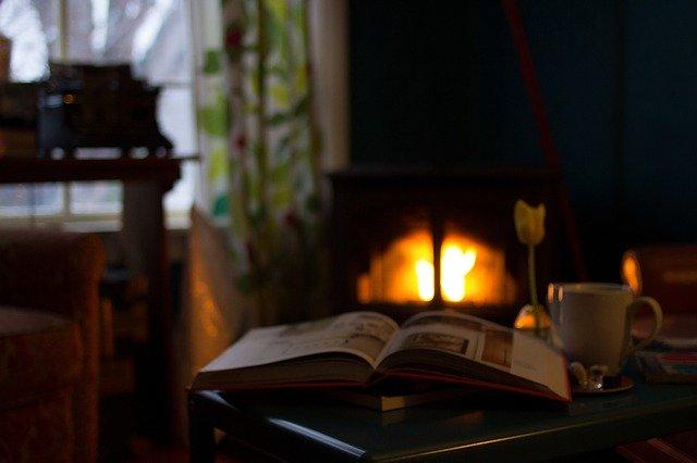 Liver devant une cheminée