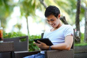 Homme utilisant un Ipad