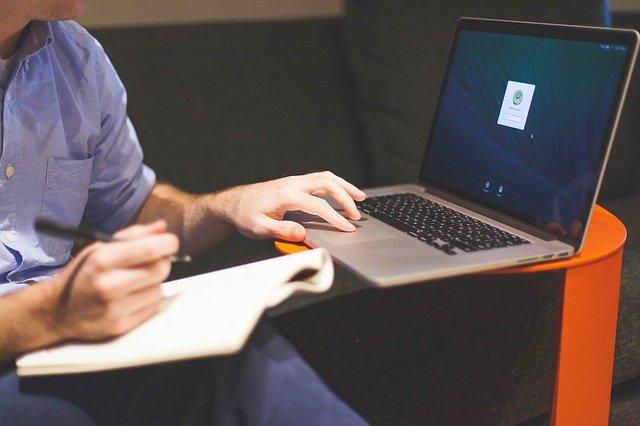 Homme qui travail sur ordinateur