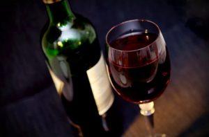 Bouteille de vin et verre plein