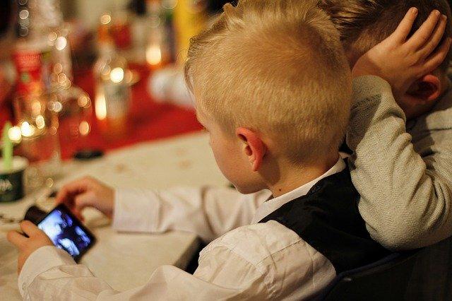 enfant utilisant un téléphone portable