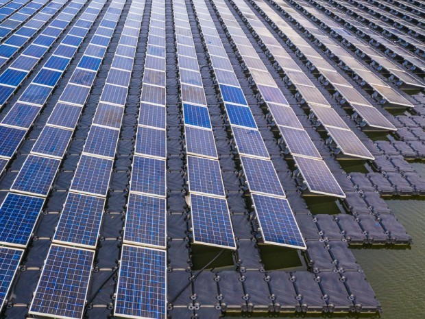 Une centrale solaire flottante à Singapour